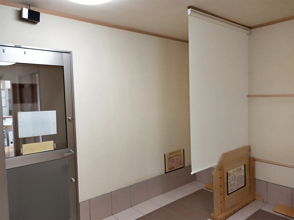 陶板浴室内の間仕切りロールスクリーン